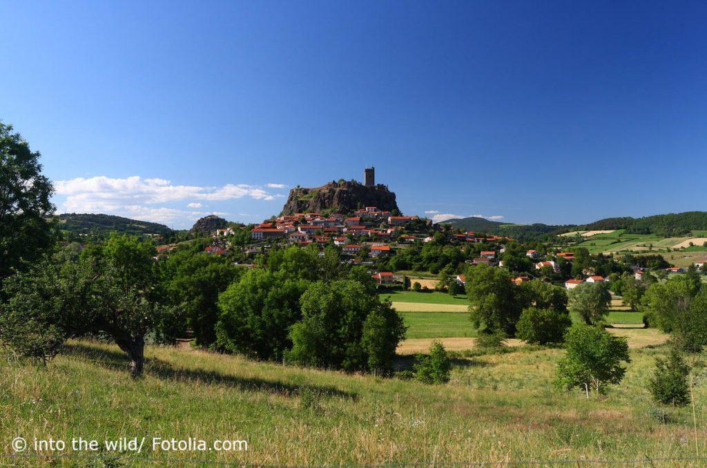 Historischer Ort auf einem Hügel in Südfrankreich