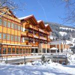 verschneites Hotel und Berge