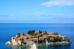 geführte Wanderreise Montenegro Blick auf Sveti Stefan