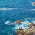 Südportugal Fischer auf Klippe