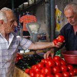 Tomatenkauf auf dem Gemüsemarkt in Georgien