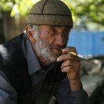älterer Herr raucht in Swanetien
