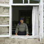 alte Dame schaut aus dem Fenster