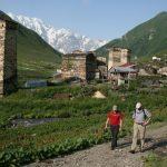 Wanderreise Georgien Weg zum Bergdorf in Georgien