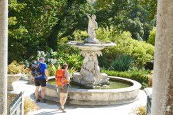 Wanderer am Brunnen