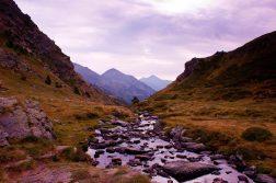 geführte Wanderreise Pyrenäen Gebirgsbach im Abendrot