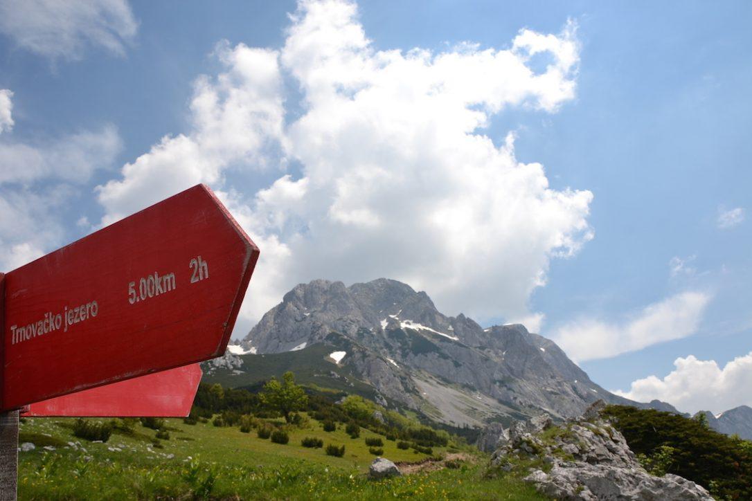 Wanderreise Bosnien Wegweiser im Sutjeska Nationalpark