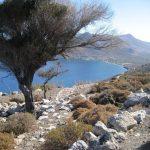 Wanderreise Griechenland Bergpfad mit Blick auf das Meer