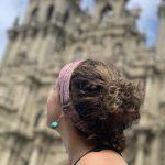 Wanderreise Frauen auf dem Jakobsweg Ankunft in Santiago junge Frau blickt auf die Kathetrale
