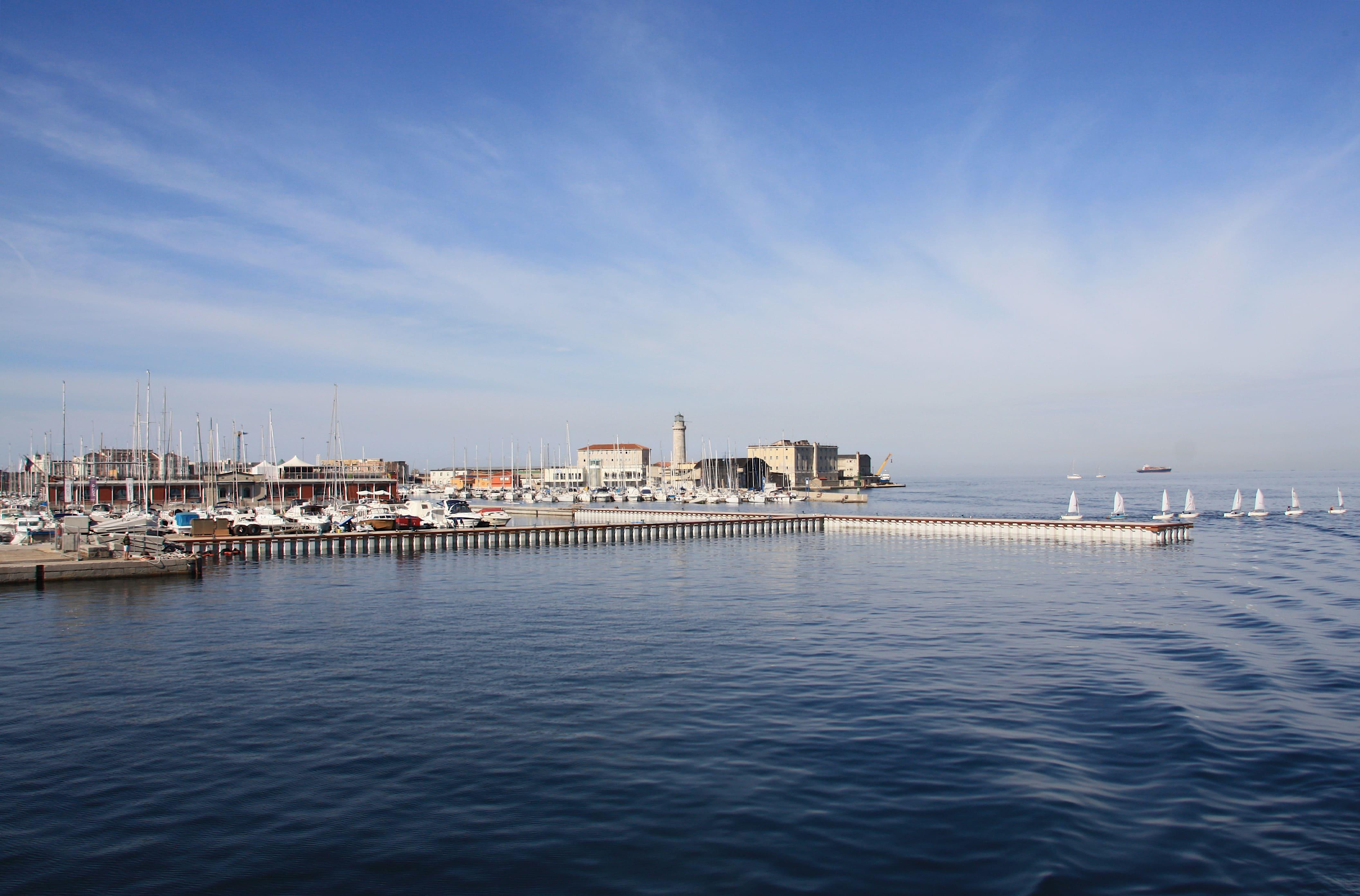 Blick Auf Den Leuchtturm Im Hafen Von Triest
