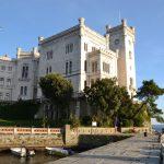 Habsburger Schloss Miramare mit kleinem Hafen bei Triest