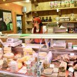 Enoteca mit lokalen Spezialitäten wie Schinken und Käse in Sappada
