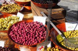 Oliven aller Art auf dem Markt in Cotignac