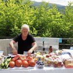Obstverkäuferin am Moraca Kloster in Montenegro