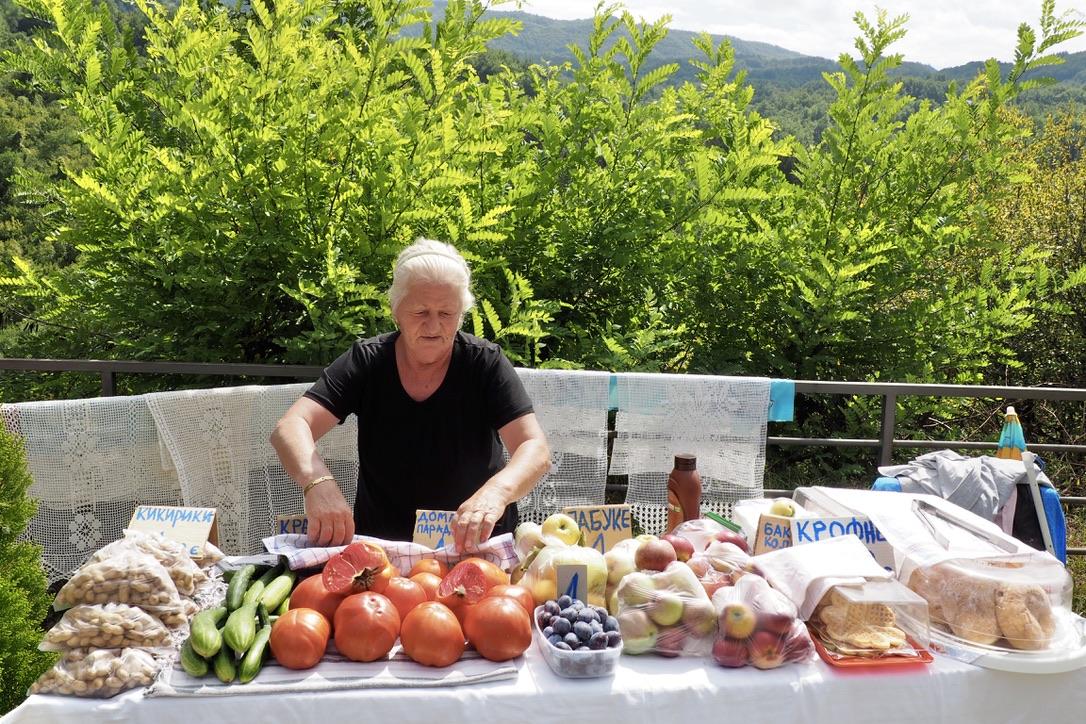 Obstverkäuferin Am Moraca Kloster