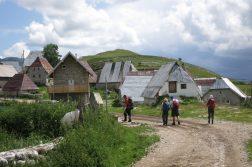 Wandergruppe im höchstgelegenen bewohnten Ort Bosniens