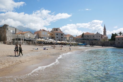 geführte Wanderreise Montenegro Strand an der Altstadt von Budva