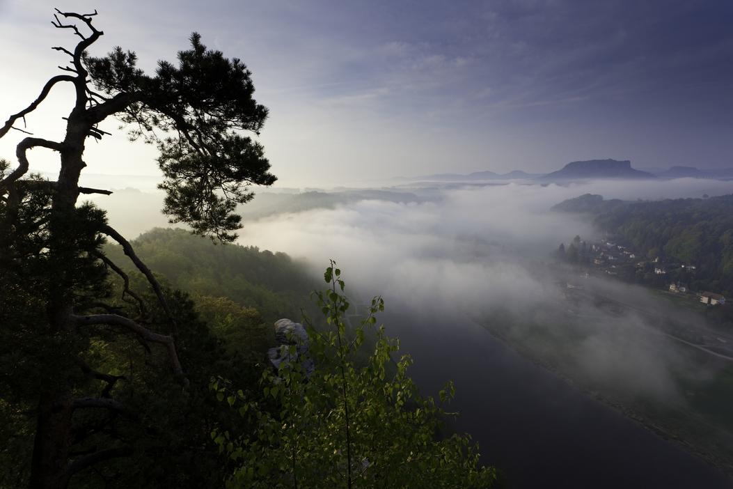 Sonnenaufgang Und Nebel über Dem Elbsandsteingebirge