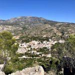 geführte Wanderreise Andalusien Blick auf weißes Dorf in den Bergen wo wir wandern