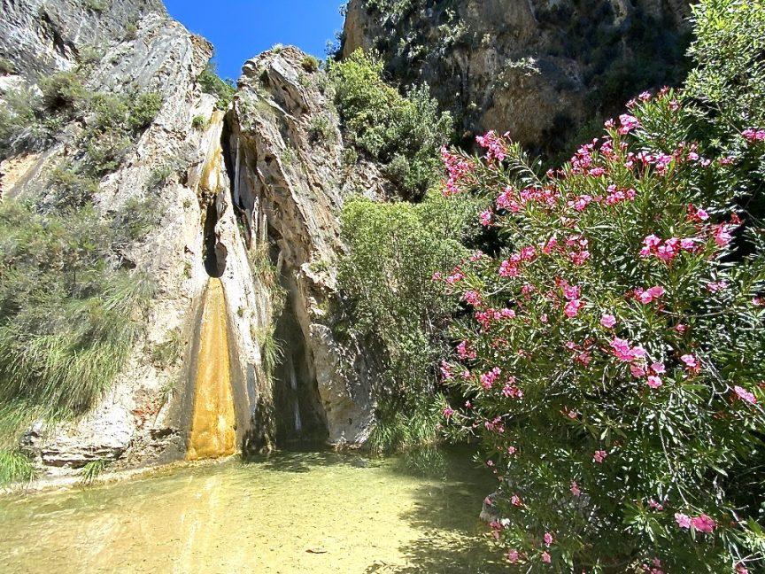 geführte Wanderreise Andalusien kleiner Wasserfall mit See