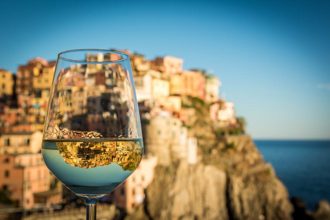 Altstadtkulisse spiegelt sich im Weinglas