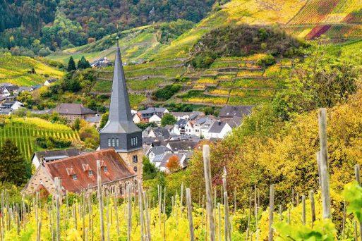 Blick auf die Kirche von Ruland im Ahrtal