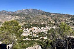 weißes Dorf in den Bergen