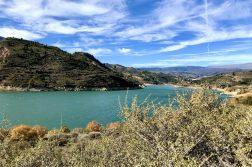 türkisfarbener See auf der Wanderreise Andalusien
