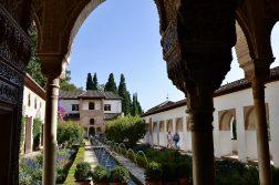 geführte Wanderreise Andalusien Blick in einen Innenhof der Alhambra