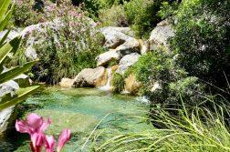 geführte Wanderreise Andalusien kleiner Wasserlauf mit See