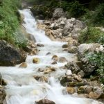 geführte Wanderreise italienische Alpen Bergbach nach Regen