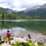 Kinder und Hund am Bergsee
