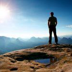 Mann schaut auf Sonnenaufgang Sächsische Schweiz