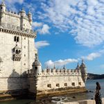 geführte Wanderreise Portugal Frau schaut auf Torre de Belem