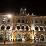 beleuchteter Bahnhof in Lissabon bei Nacht