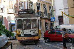Straßenbahn in der Altstadt Lissabon