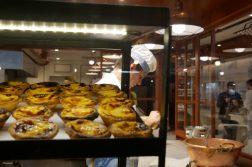 Konditor bereitet süße Pasteis de Nata
