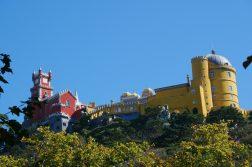 geführte Wanderreise Portugal farbenfrohes Schloss