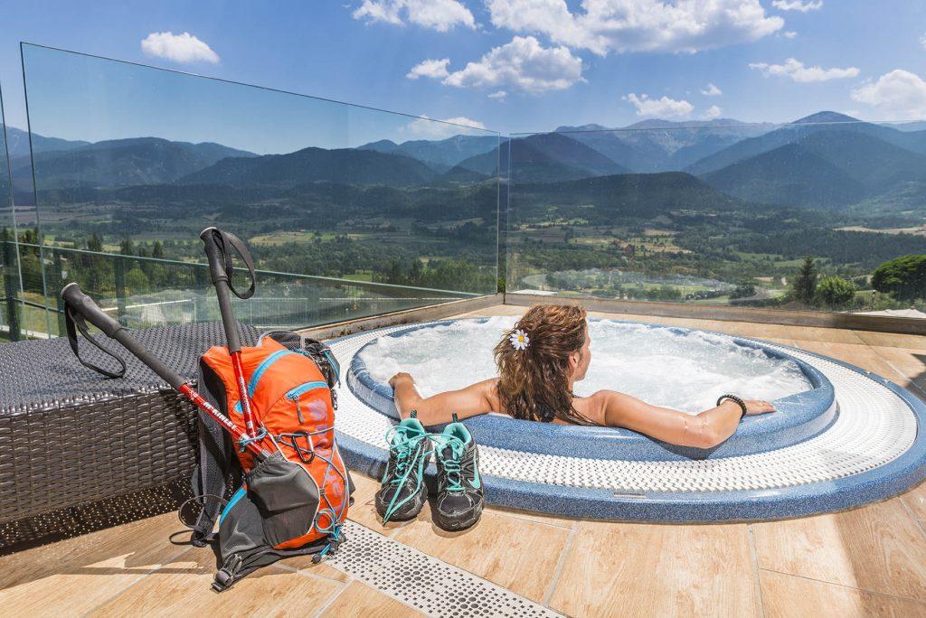 geführte Wanderreise Pyrenäen Jacuzzi auf dem Hoteldach