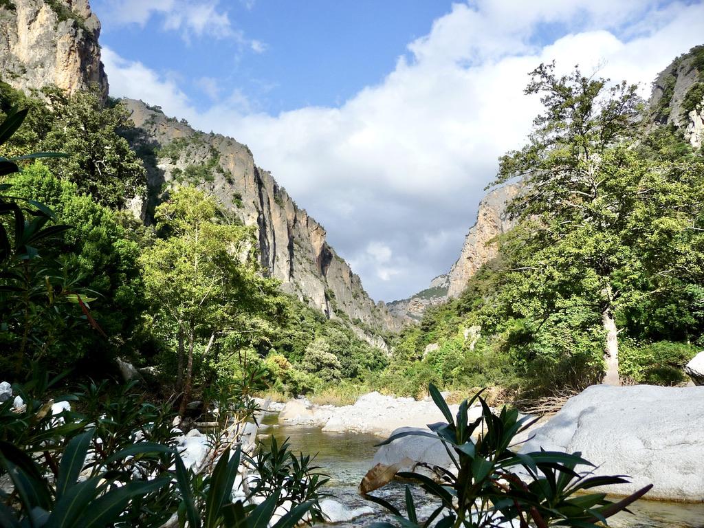 geführte Wanderreise Sardinien kleiner Fluß im Gebirge