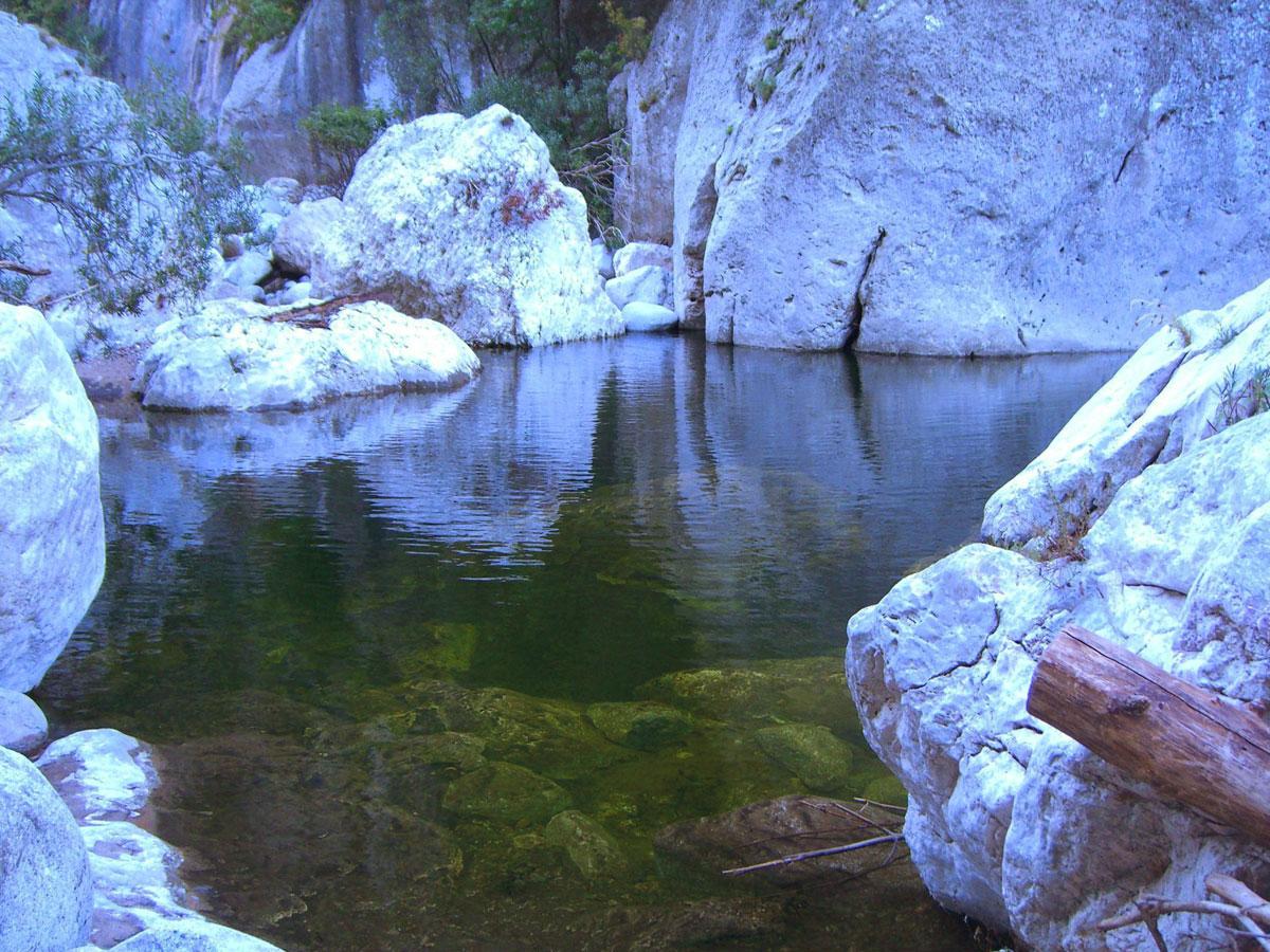 geführte Wanderreise Sardinien kleiner See in den Felsen