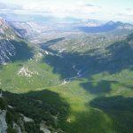 geführte Wanderreise Sardinien Blick von den Bergen ins grüne Tal