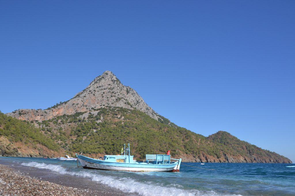 Wanderreise Türkei blaues Boot am Strand