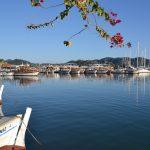 Hafen mit kleinen Booten