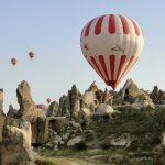 Heißluftballone zwischen Tuffsteinen