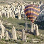 Heißluftballon zwischen Tuffsteinen