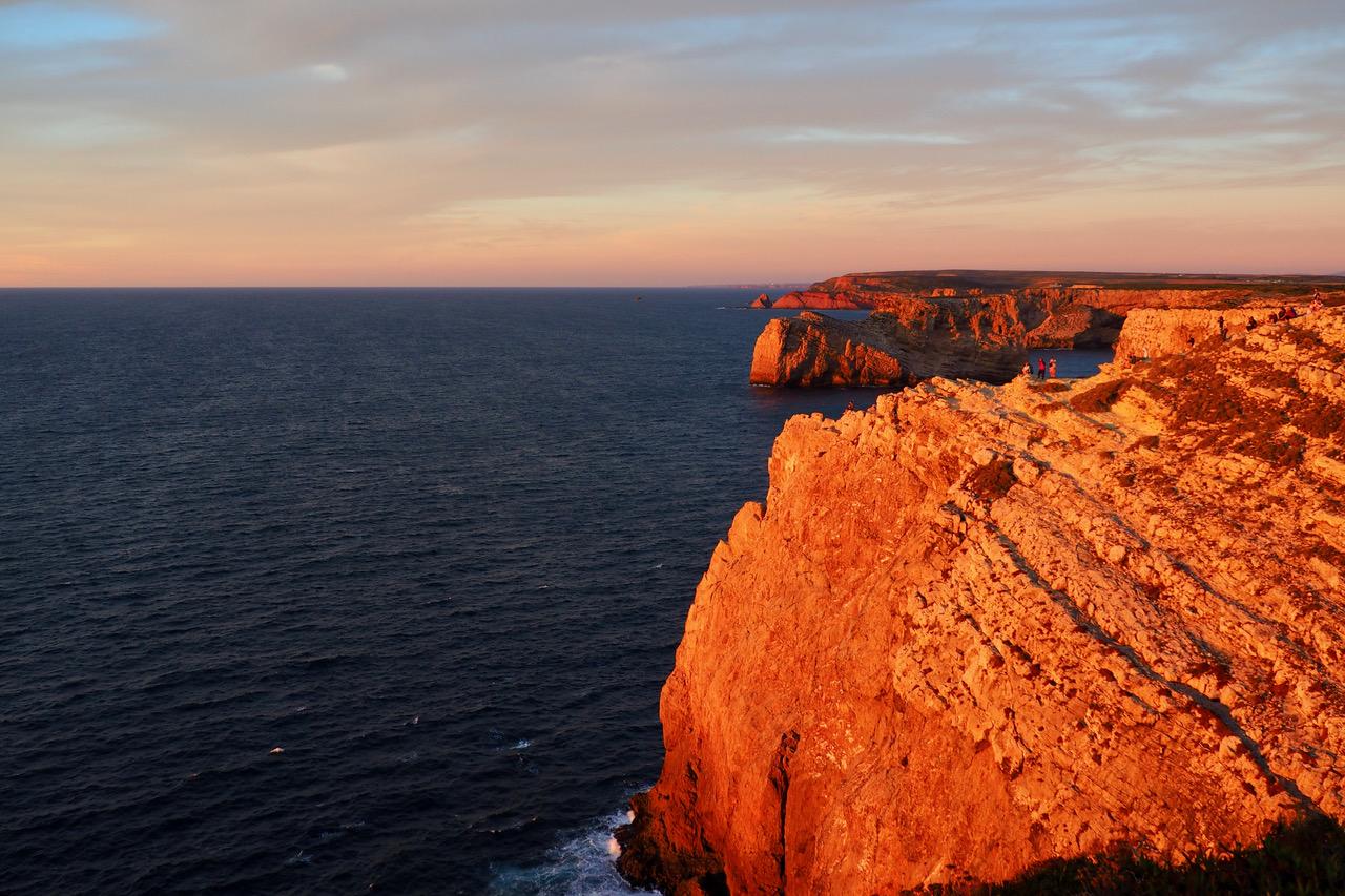 steile Klippen an der portugisischen Atlantikküste beim Sonnenuntergang