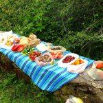 Wanderreise Albanien Picknick auf einer Mauer