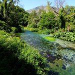türkis-blau-grüne Karstquelle