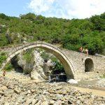 Wanderreise Albanien Weg über eine alte Steinbrücke